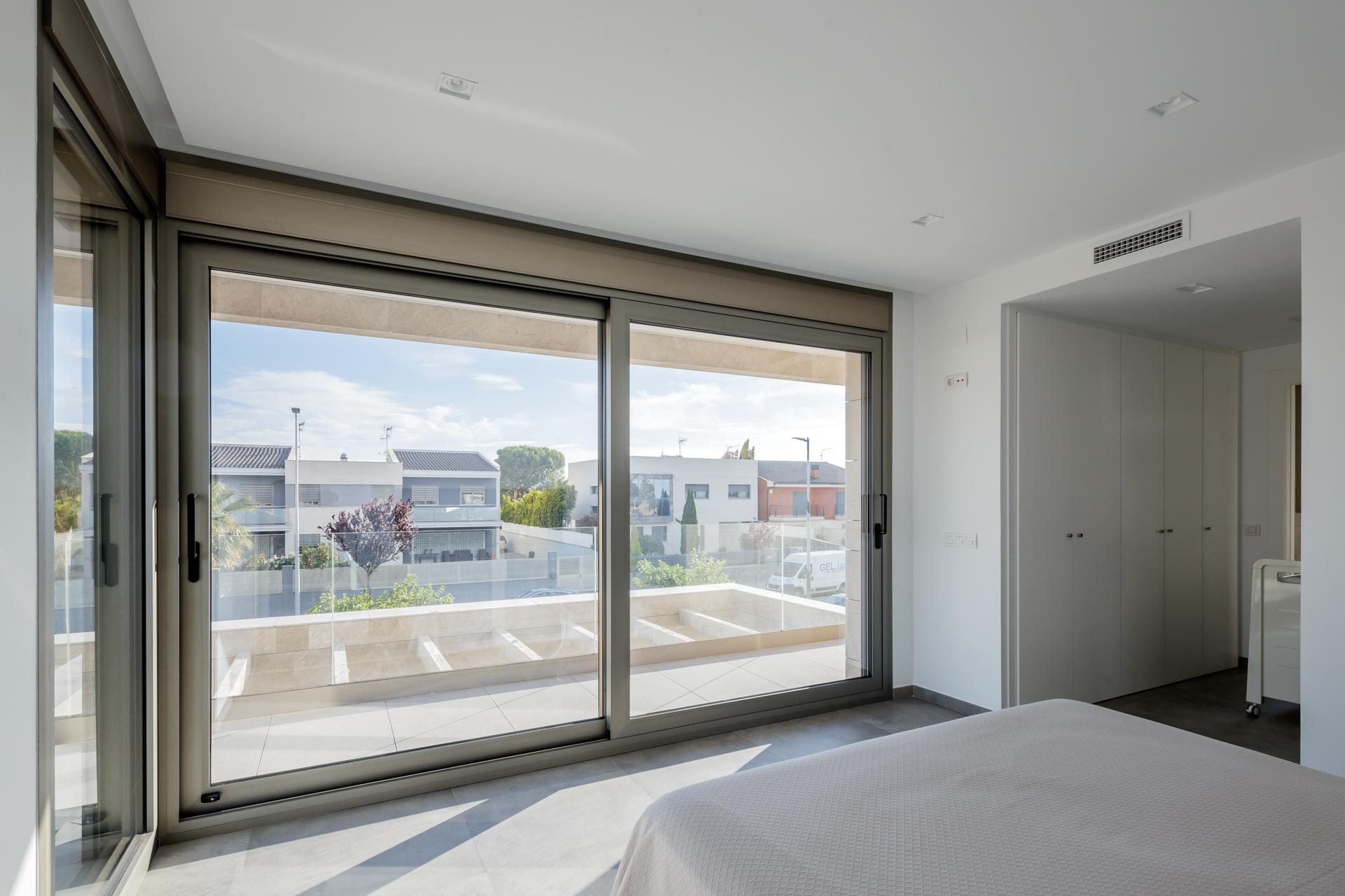 Dormitorio moderno_ventanal_cristal_luz_Balcón_Arquitectos valencia_proyectos