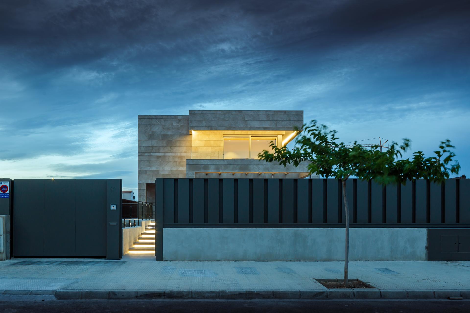 Arquitectura moderna_vivienda unifamiliar_fachada de puedra_luz nocturna_valla metálica_arquitectos valencia_burriana_proyectos